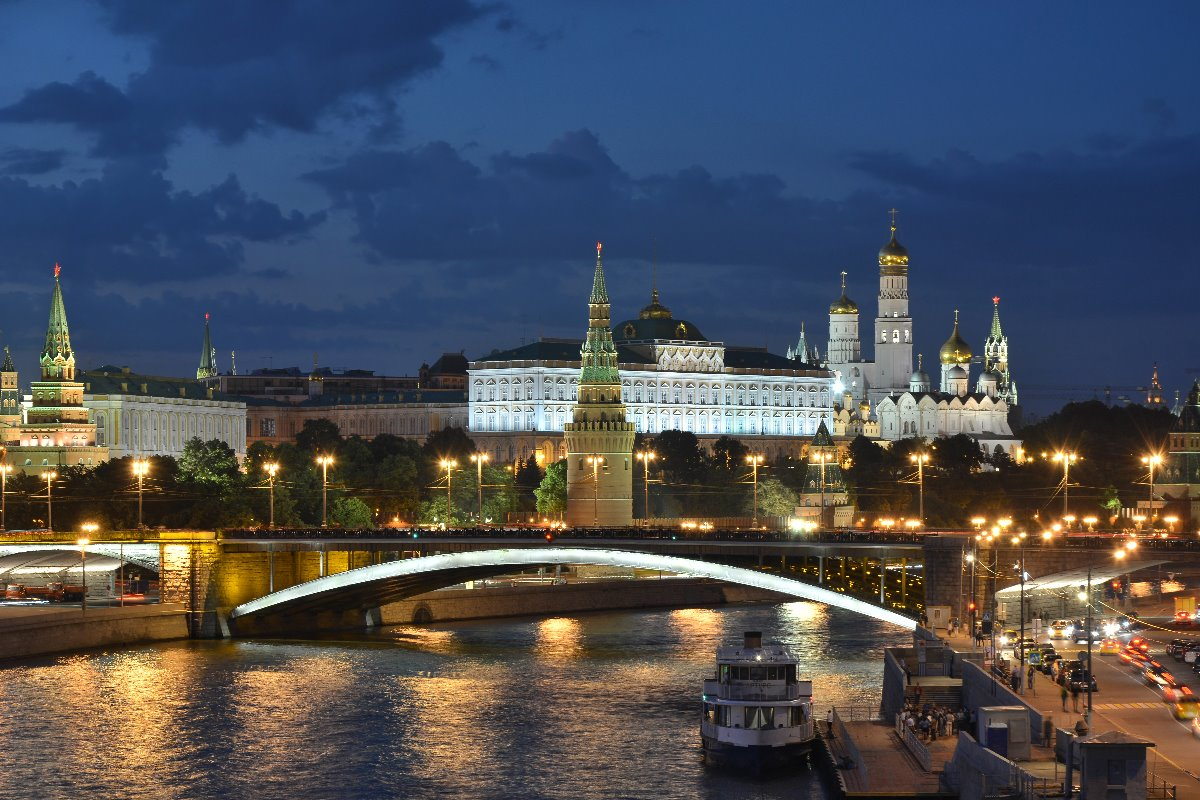 Moscow_Kremlin_and_Bolshoy_Kamenny_Bridge_late_evening_01.jpg